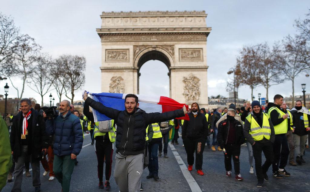 示威者聚集凯旋门外。