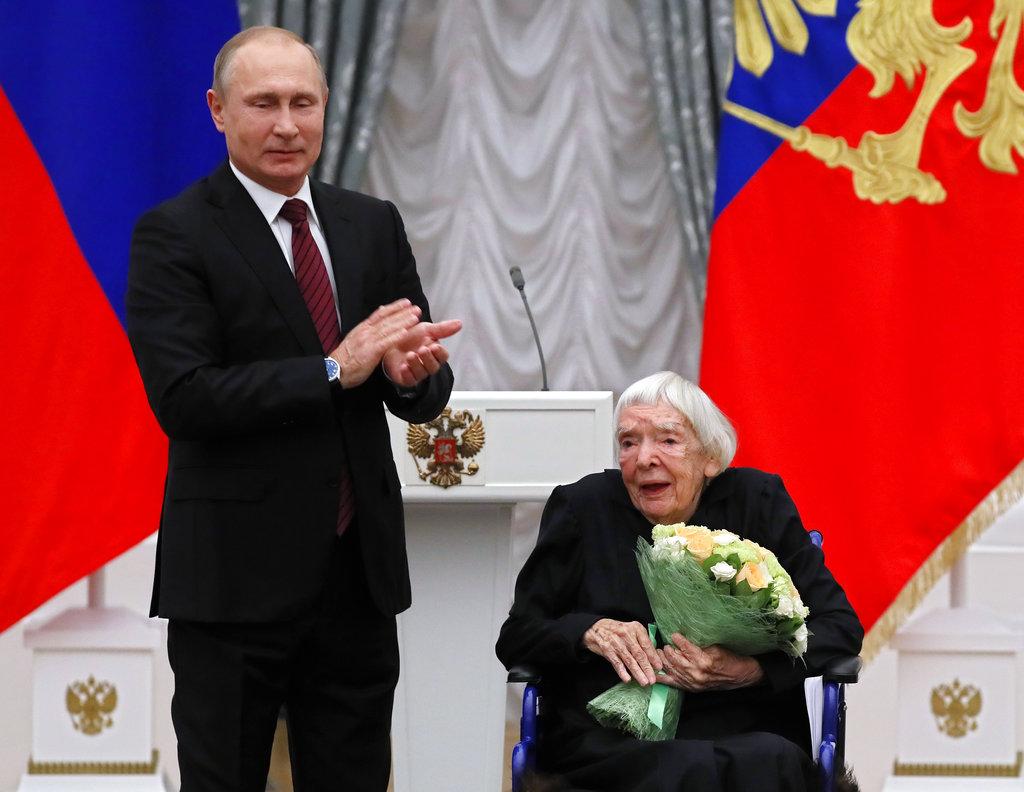 总统普京曾经讚扬阿列克谢耶娃的人权工作。