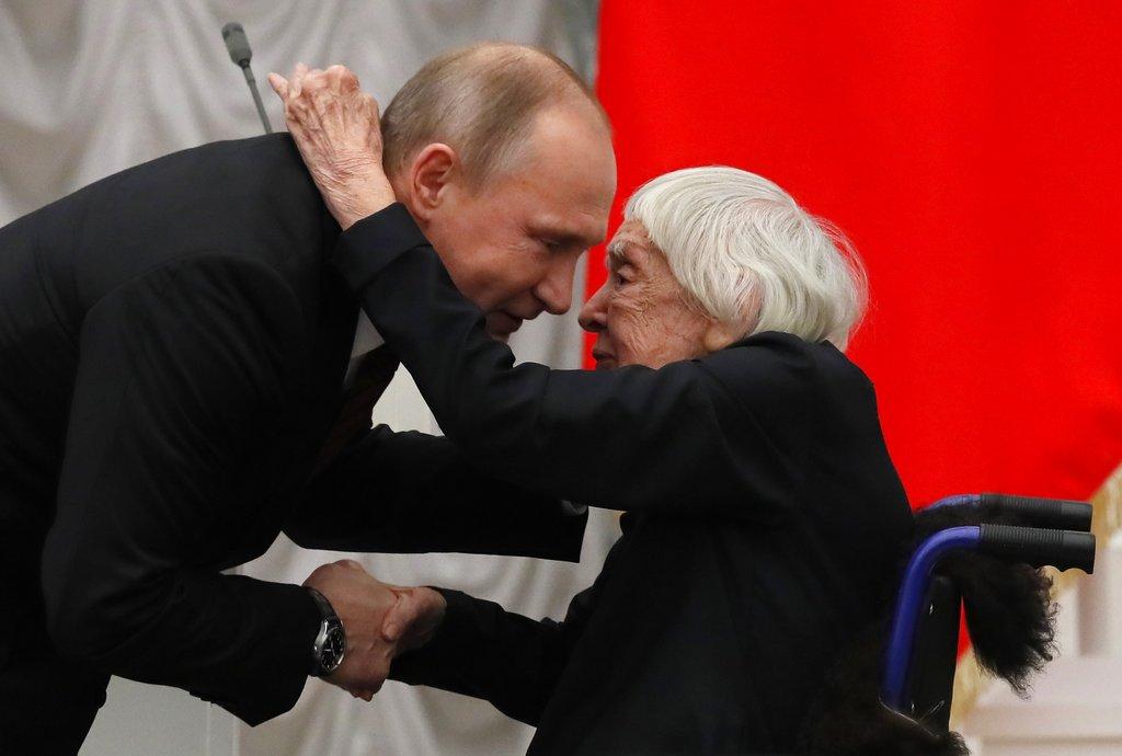 阿列克谢耶娃曾经与总统普京握手。