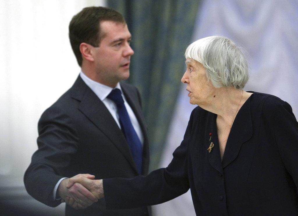 阿列克谢耶娃曾经与俄罗斯总理握手。