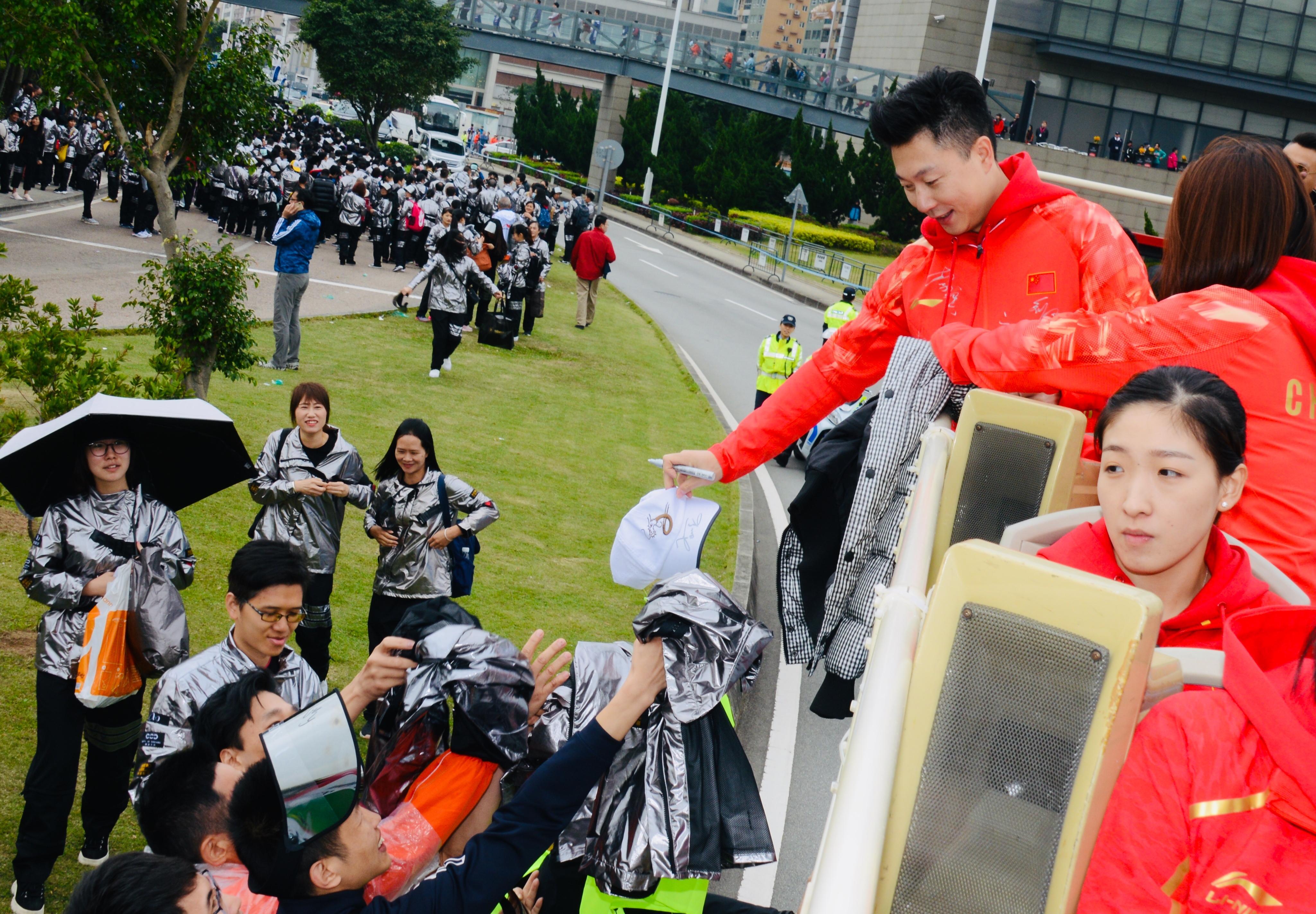 參加百萬行的市民紛紛向中國奧運金牌名將索取簽名。