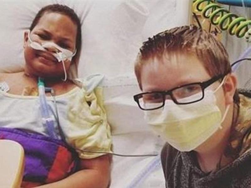 克拉布在肯尼斯住院的时候,仍然陪伴在身边。Twitter图片