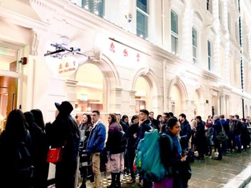 鼎泰丰伦敦店外有很长的人龙。Twitter图片