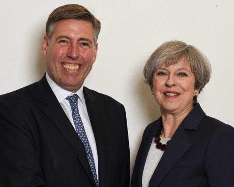 「1922委员会」主席布雷迪(左)宣布,保守党将对文翠珊逼宫。网图