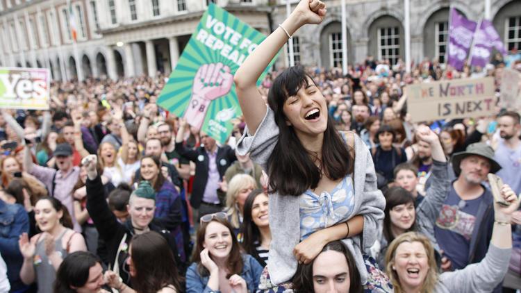 民眾5月慶祝公投獲得通過。AP圖片