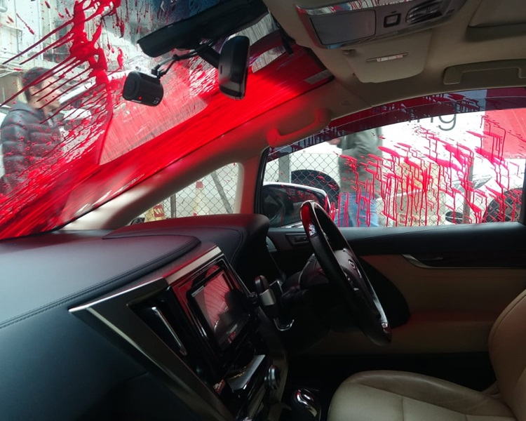 遭人淋紅油的七人車內設有錄影裝置。