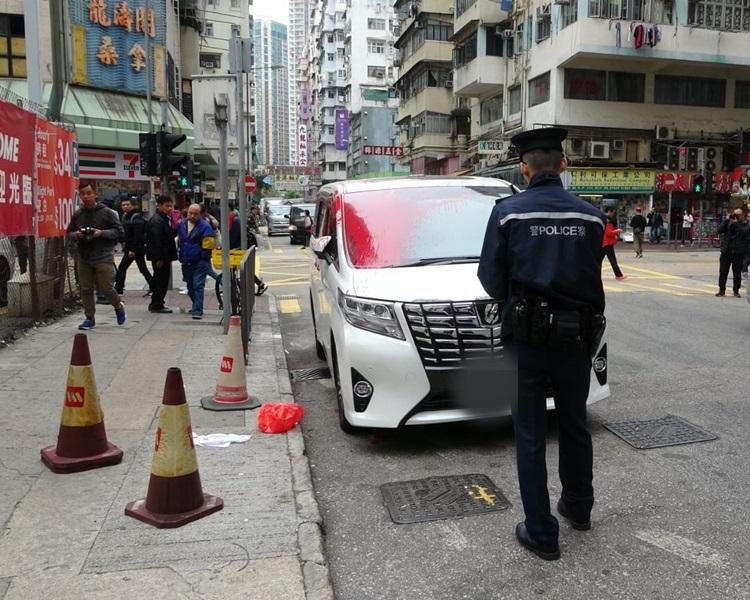 一部白色豐田七人車遭淋紅油。