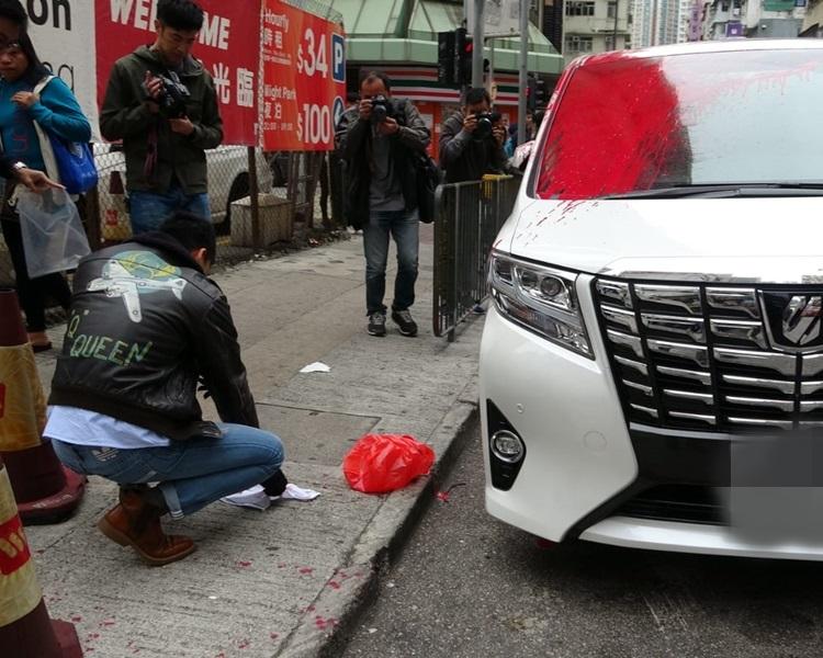 旺角刑偵隊員檢走現場遺下的紅色膠袋及白毛巾。