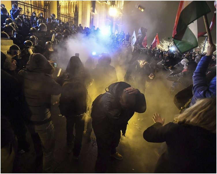 大批示威者上街抗议,并与警察爆发冲突。AP