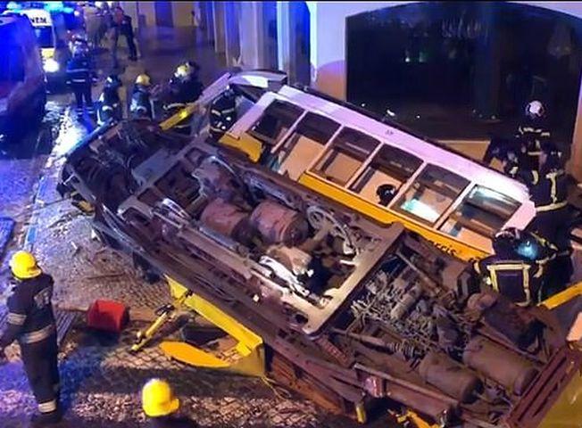 葡萄牙里斯本一架電車出軌翻側,至少28人受傷。網上圖片