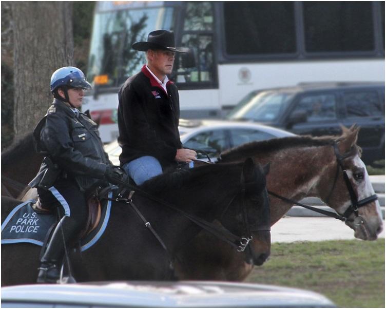 津凯上任第一天骑着一匹马往内政部大楼上班引起注目。