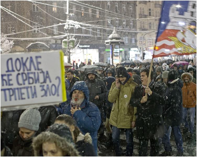 数以千计的群众周六冒着大雪上街示威。AP