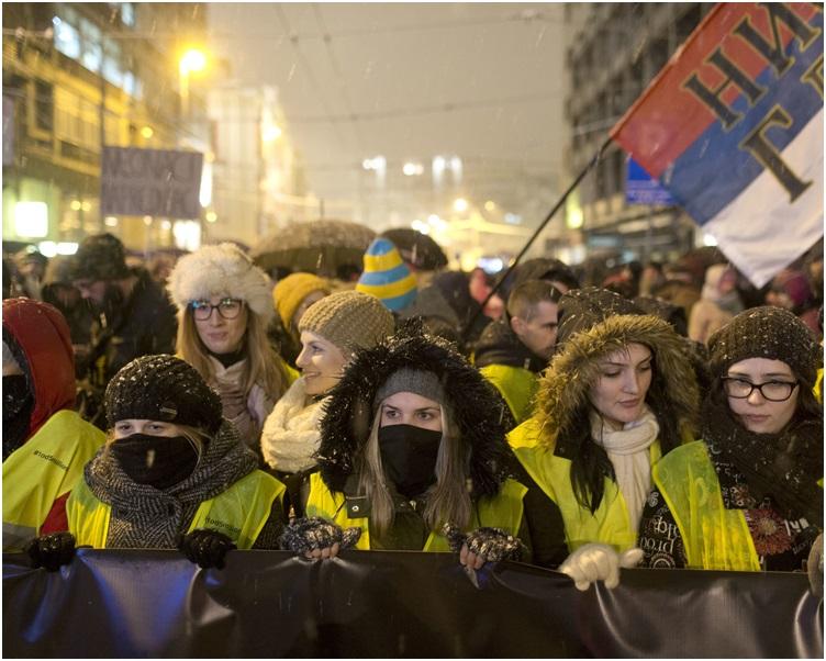 示威者抗议总统武契奇领导的政府愈来愈专制。AP