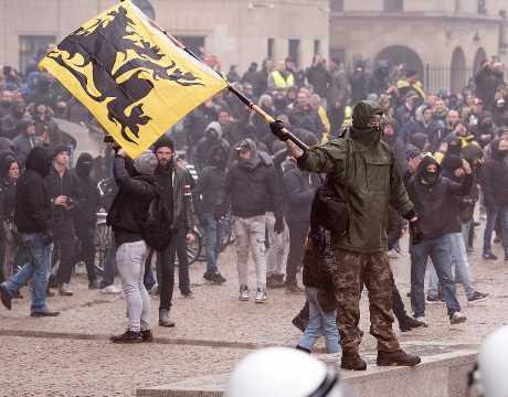 游行队伍从布鲁塞尔市中心中央火车站出发,一路游行至「欧盟区」发表演说。