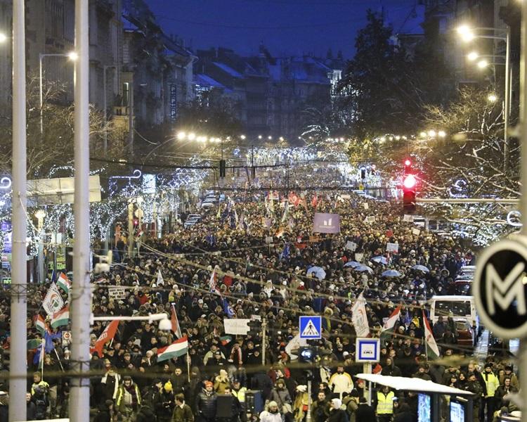 周日示威人士已增至约一万人。