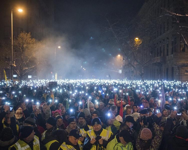 示威民众亮起手机灯。