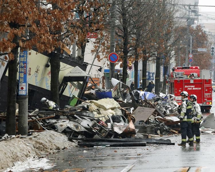 消防人员今早到场继续搜救。