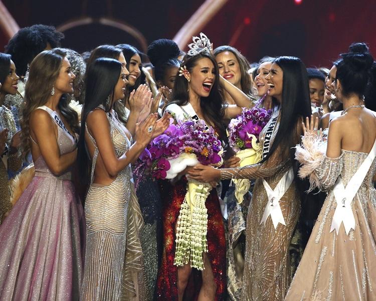 菲律賓小姐格雷(Catriona Gray)(中)贏得冠軍。AP