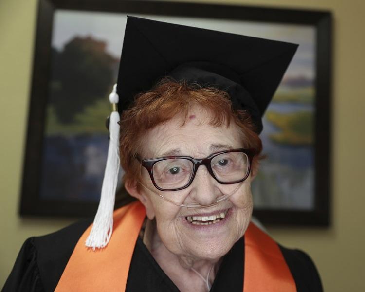 美国一名84岁老妇费恩(Janet Fein)大学毕业。AP