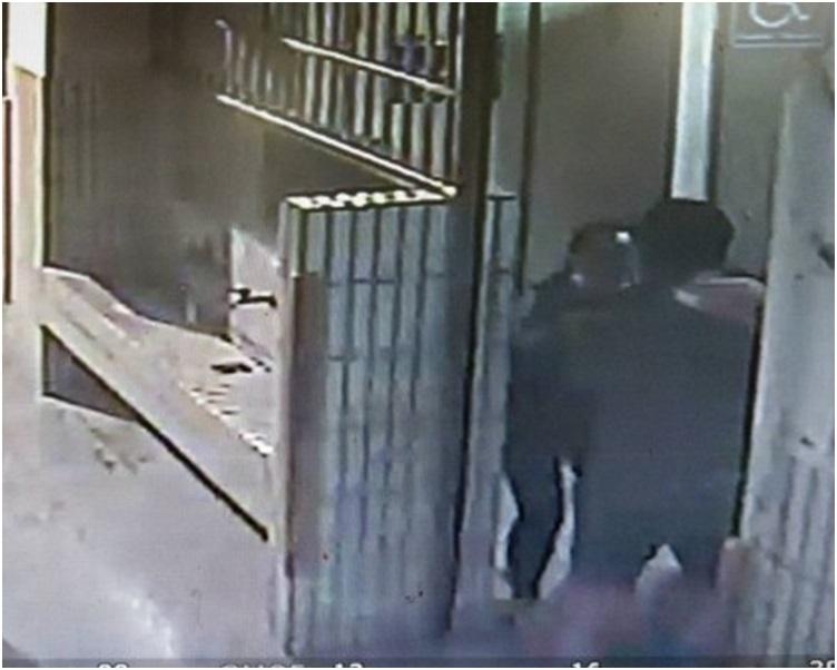 男子在女厕偷窥被发现双方发生拉扯。网图