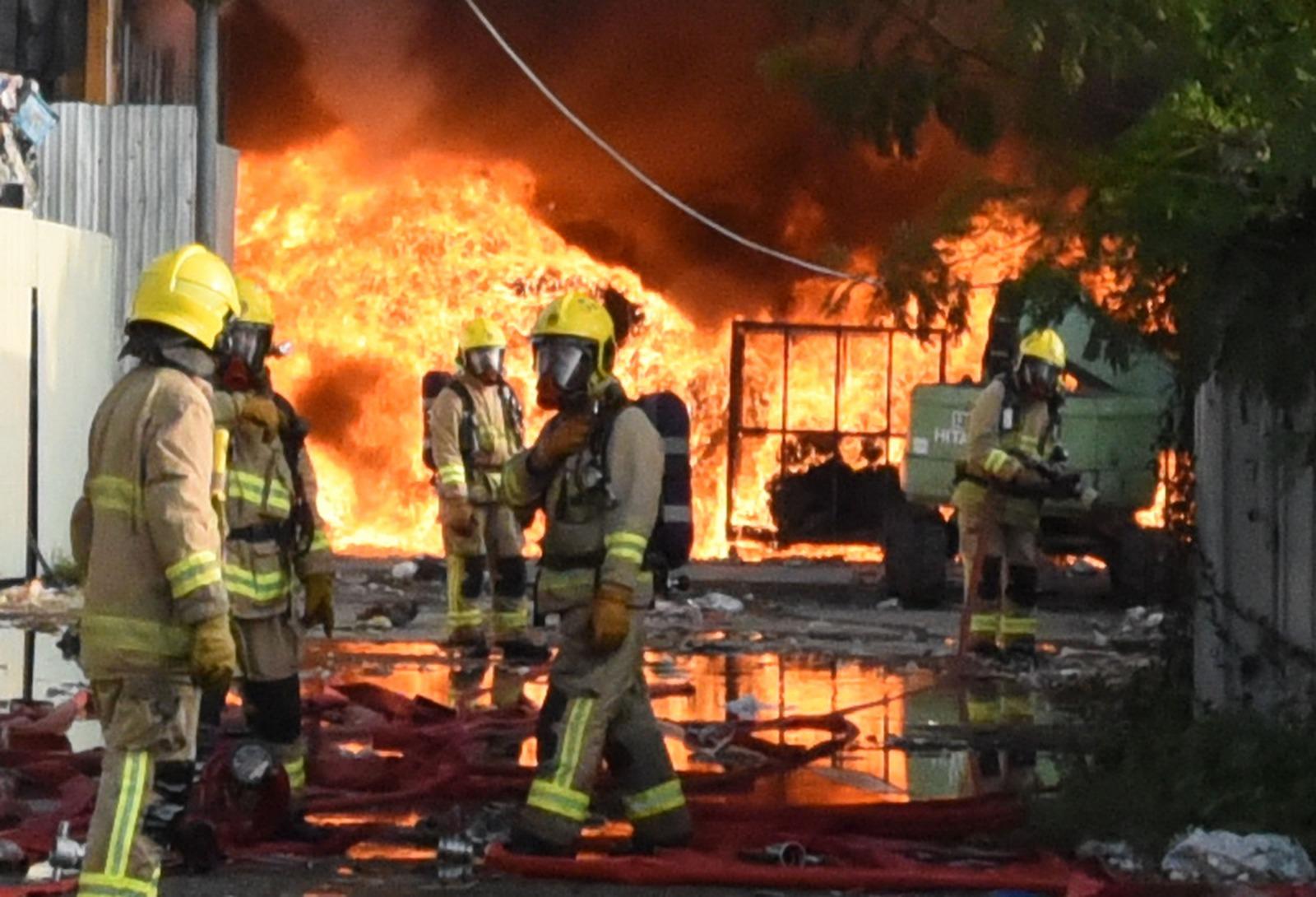 在危難面前,消防人員總是走在最前線,奮不顧身救人。