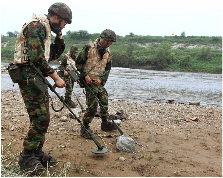 南北韩军队月前已展开非军事区的地雷拆除工作。AP