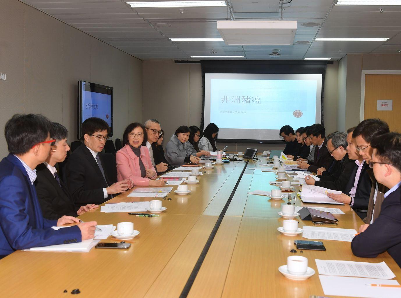 食物及衞生局局長陳肇始今日再次召開跨部門會議。政府新聞處圖片