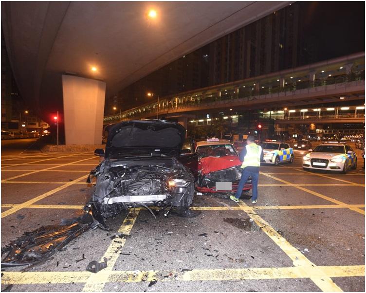 兩車車頭嚴重損毀。