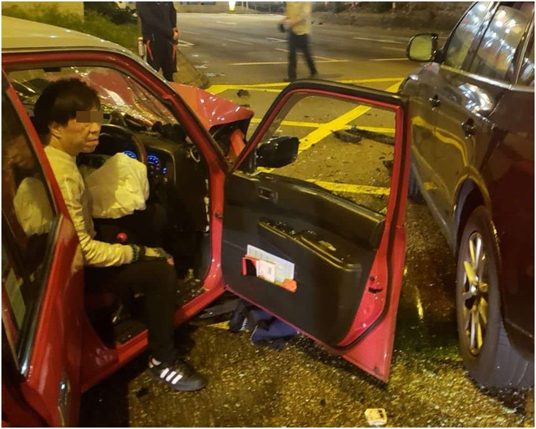 51歲的士司機一度被軚盤夾著。讀者提供