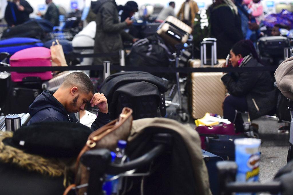 機場11萬旅客受阻。AP