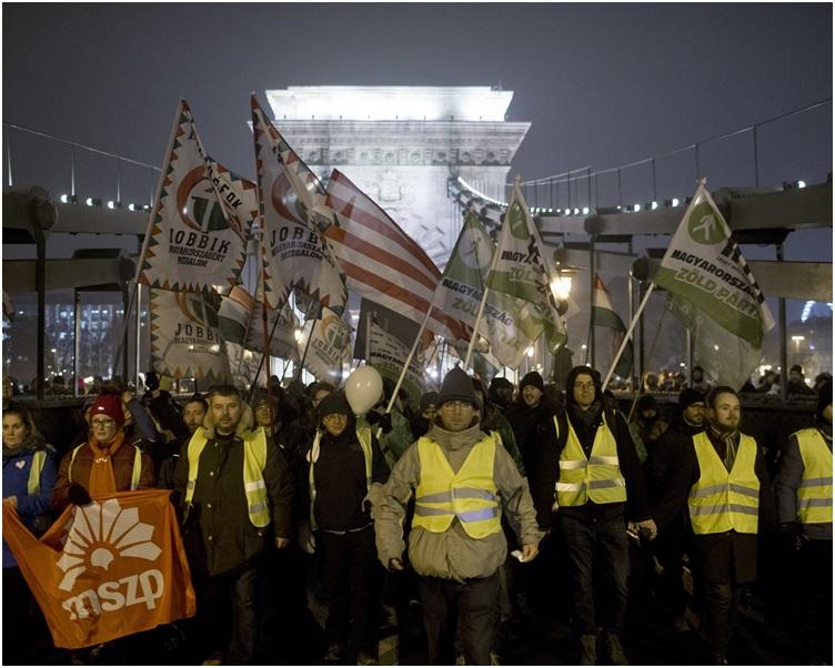 至少5千人周五晚在首都布达佩斯上街抗议。AP