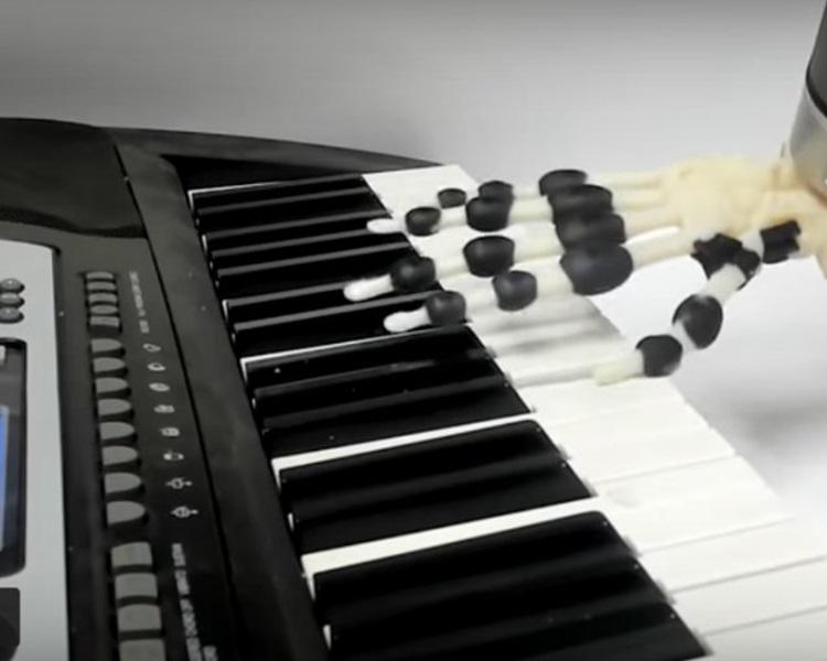 劍橋大學研發出「鋼琴手」,可彈出簡單音節。網圖