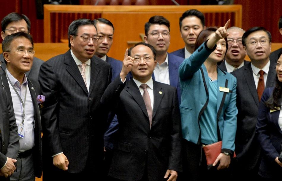 王志民(前排左三)年初應邀赴午宴及參觀立法會綜合大樓。資料圖片