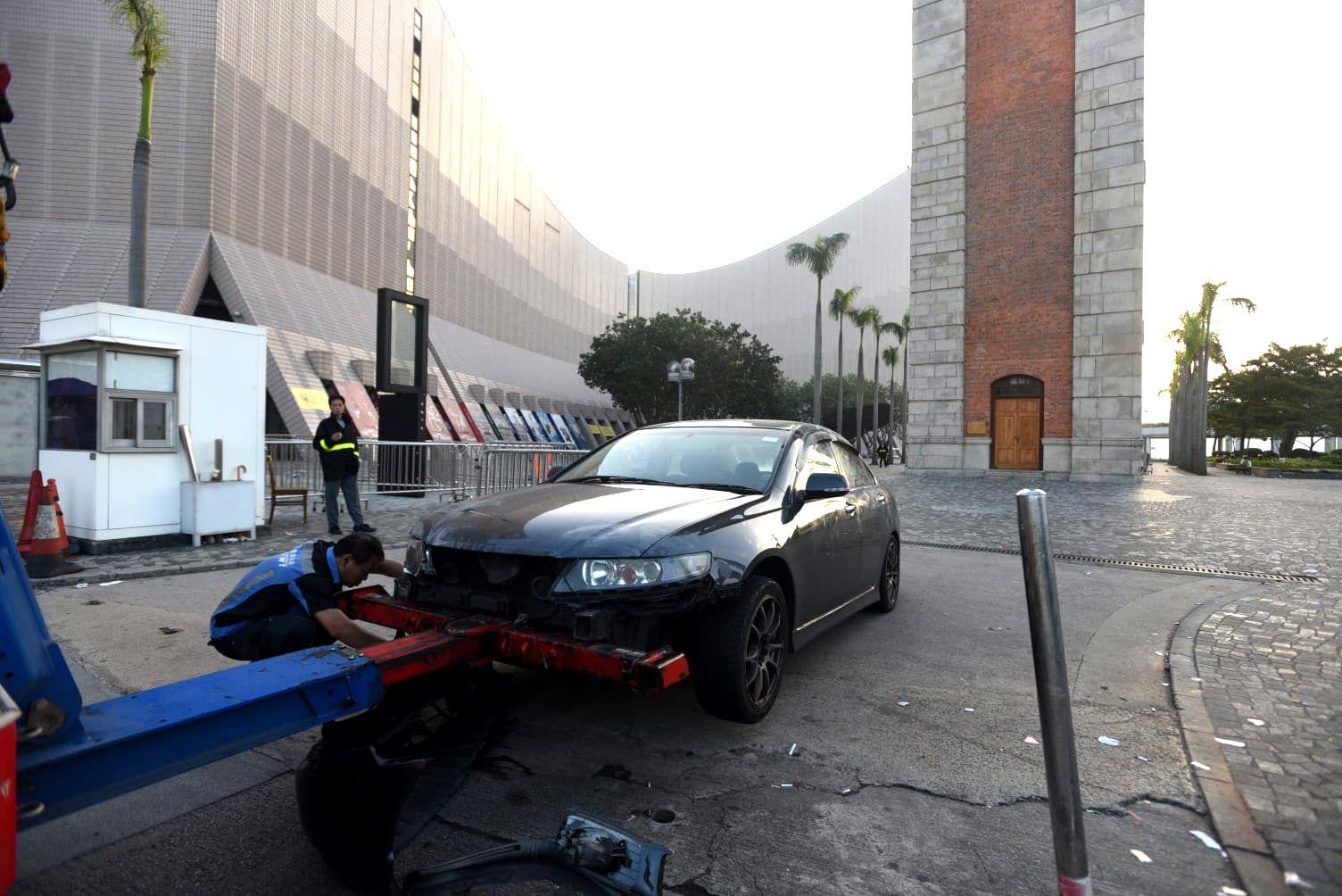 涉事私家車被拖走。