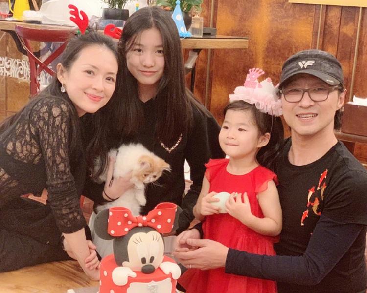 章子怡與老公汪峰一家四口好溫馨。