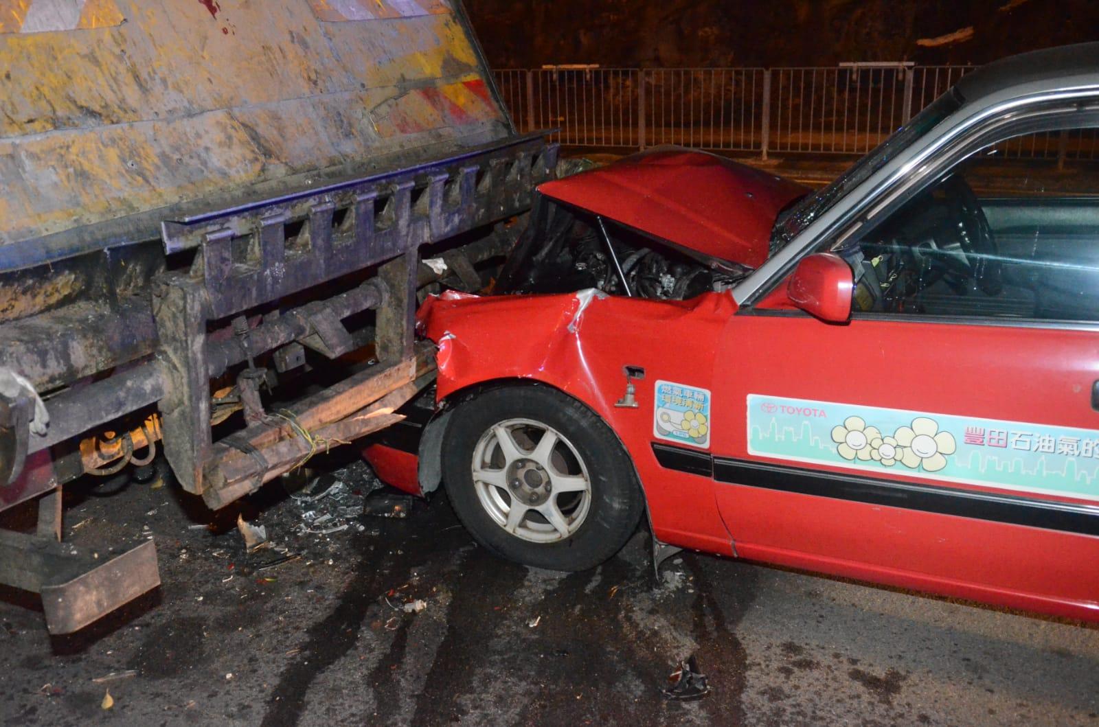 的事撞向垃圾車車尾,車頭撞毀。