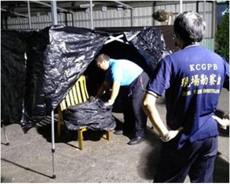 男子(左小图\_将女儿尸体一直用胶箱藏在床底下。