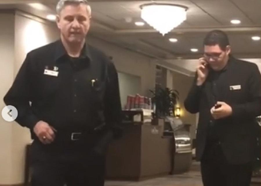 黑人男子在入住的酒店大堂講電話遭職員報警驅逐。網上圖片