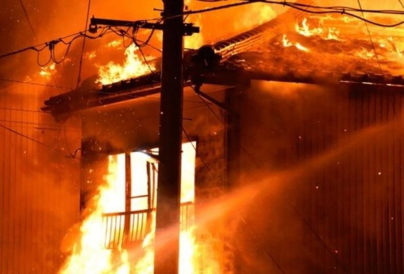 日本新潟縣佐渡市發生大火,波及住戶與商家共15棟建築,最先起火的大宅內有3人身亡。(網圖)