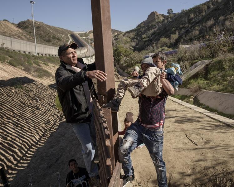 移民尝试将儿童、青少年先翻过边境。AP