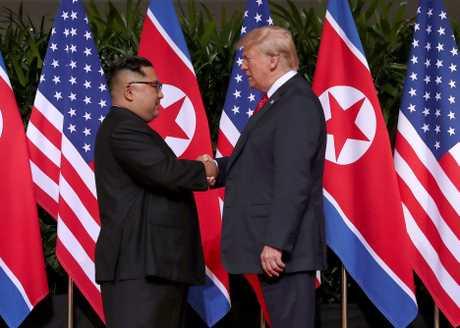 (左起)金正恩与特朗普去年6月在新加坡首次会面,双方承诺推动朝鲜半岛非核化。
