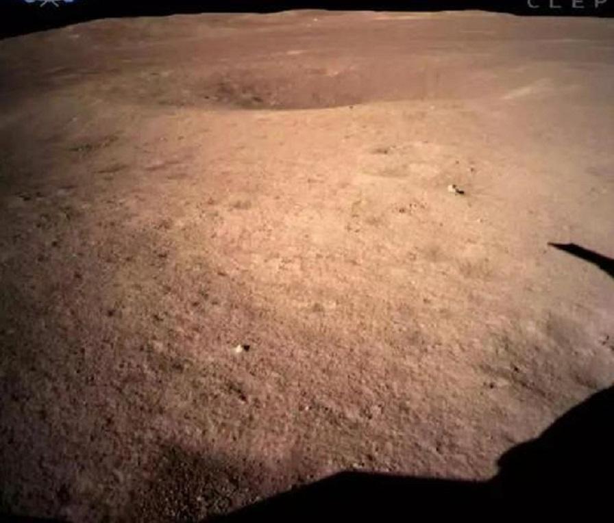 圖為嫦娥四號著陸器監視相機C拍攝的著陸點南側月球背面圖像,巡視器將朝此方向駛向月球表面。