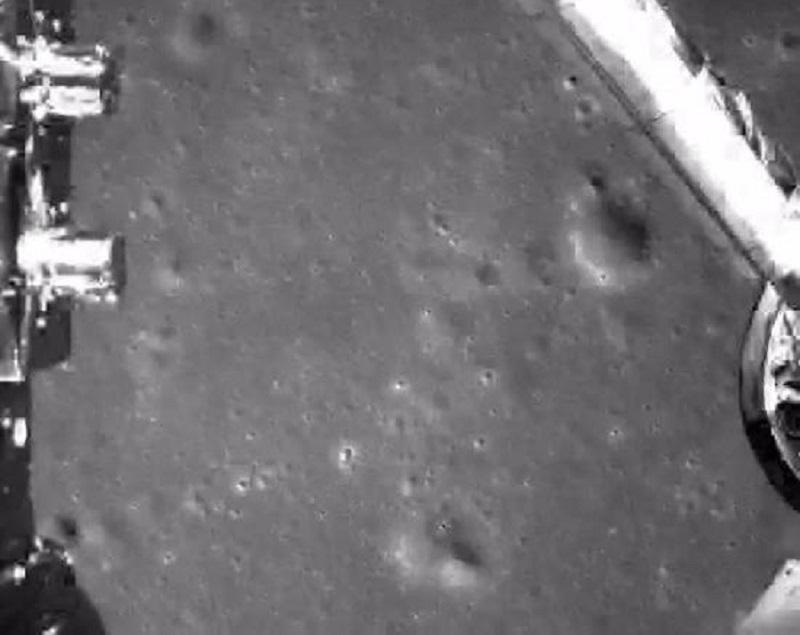 此圖片為嫦娥四號探測器動力下降過程降落相機拍攝的圖像。