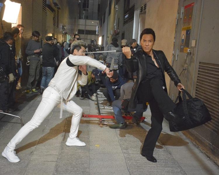 甄子丹跟15年前同一造型、同一枝棍,同一條巷,不過對手由吳京變伍允龍。