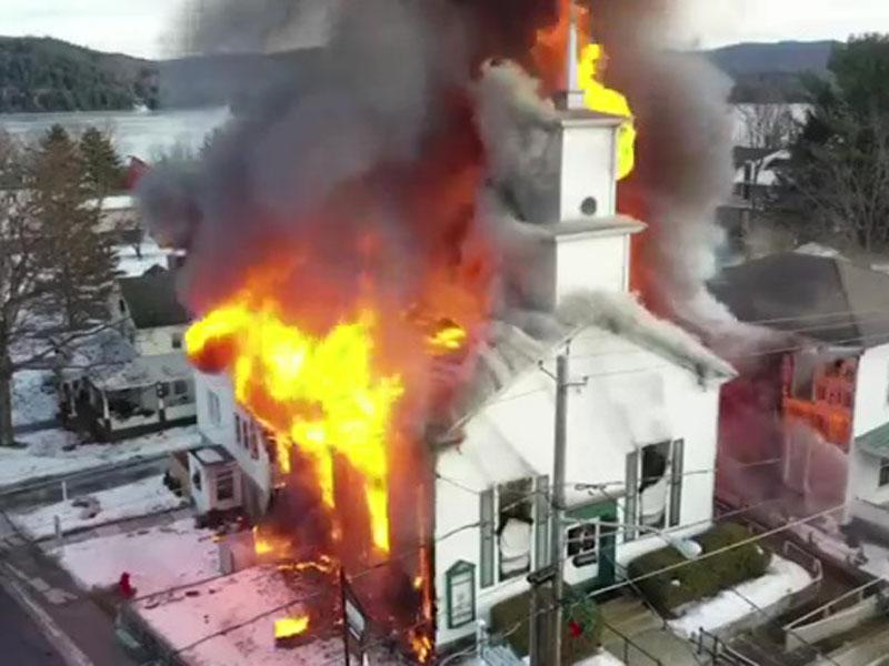 美國紐約州東北部一座逾百年歷史的教堂發生大火。AP