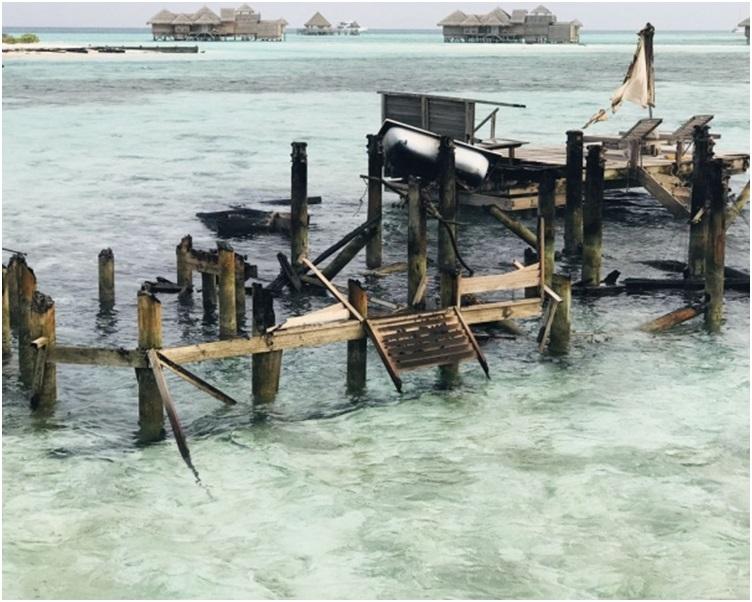 至少7座水上木造别墅和一家餐厅被烧毁,只剩下支架。网图
