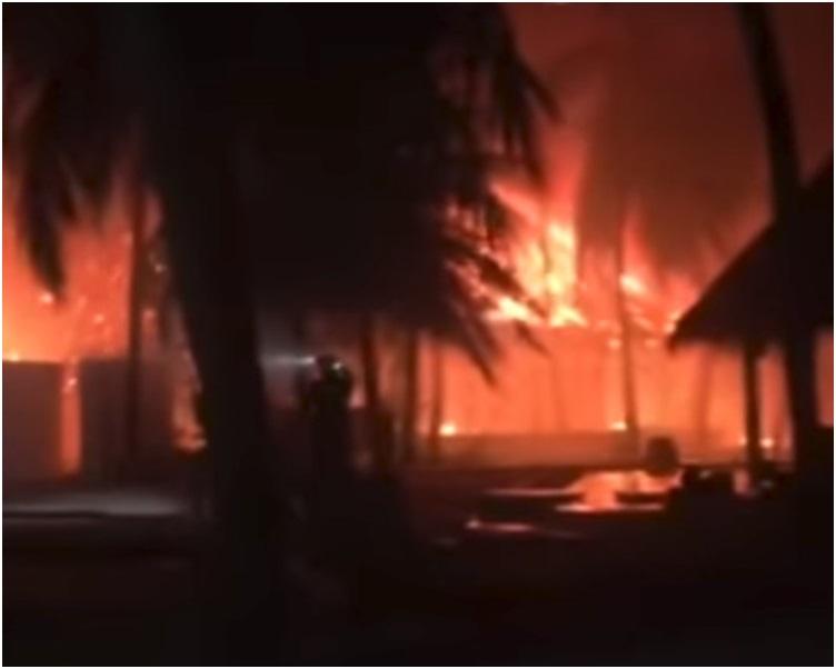 度假村2日晚上突然发生大火。网图
