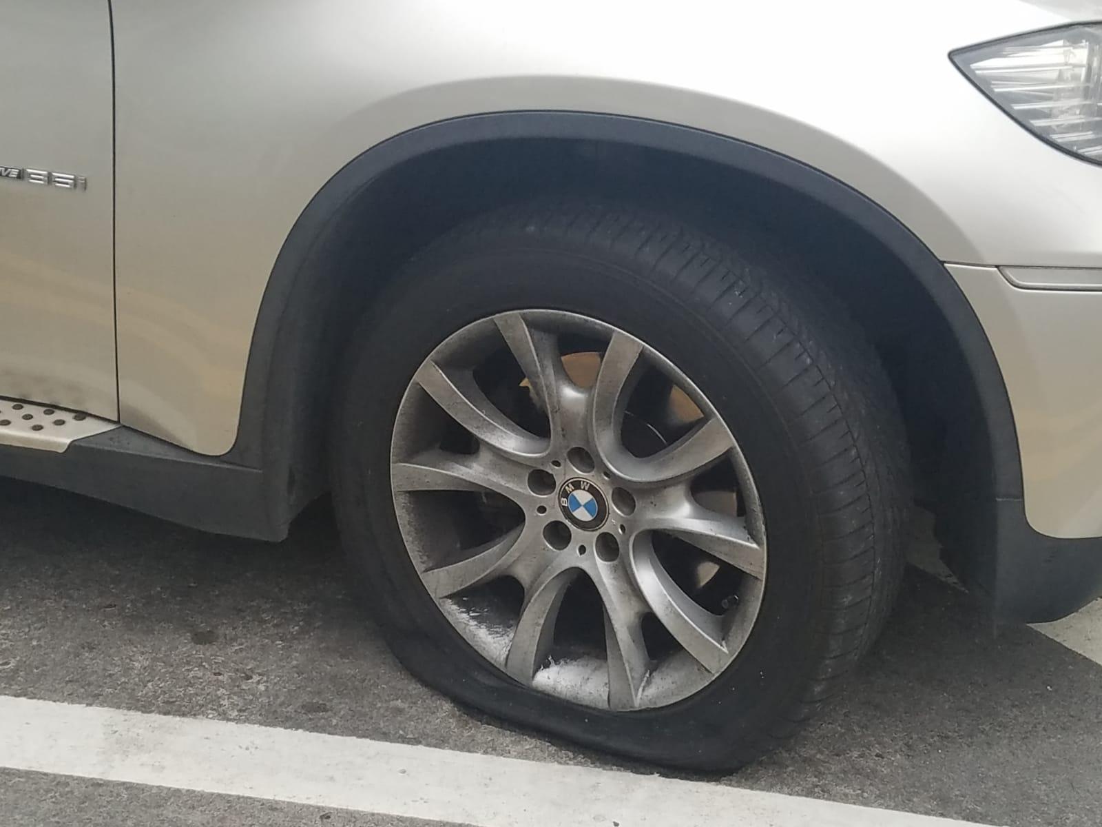 涉案車輛兩邊車頭呔爆破。