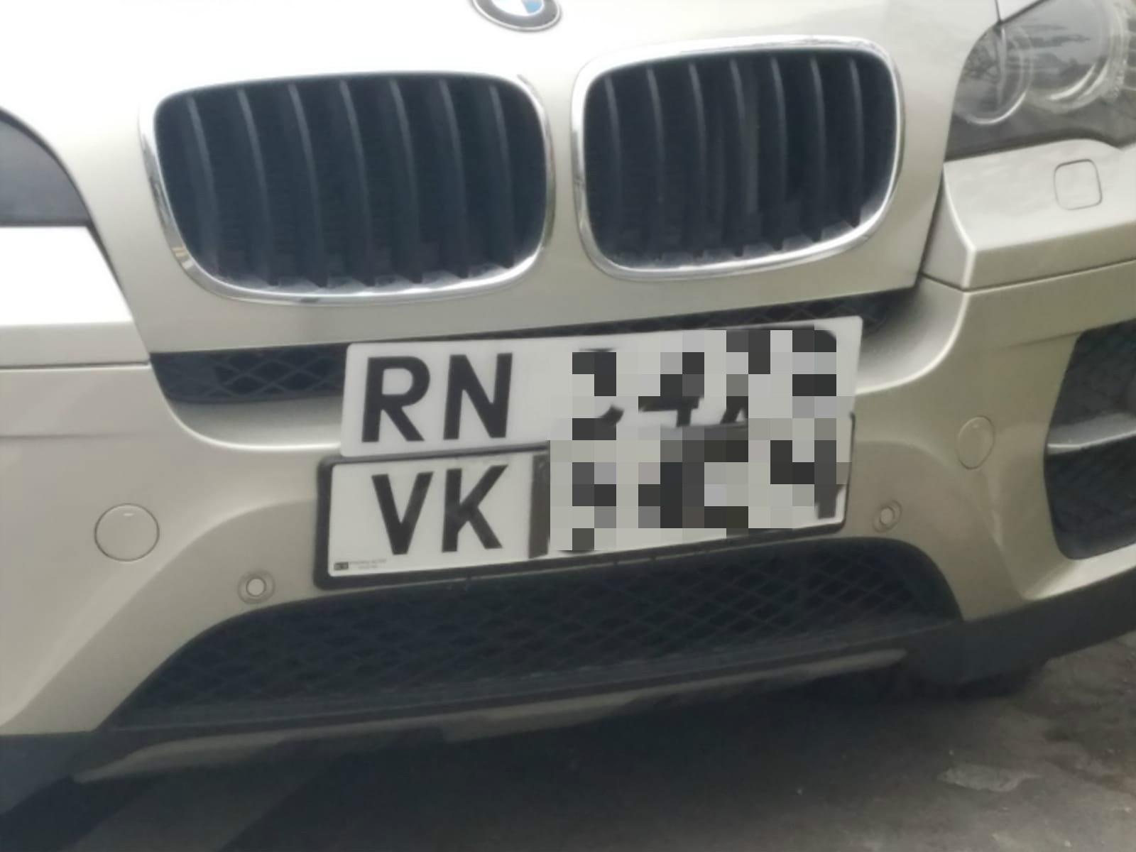 涉案私家車套用假牌。
