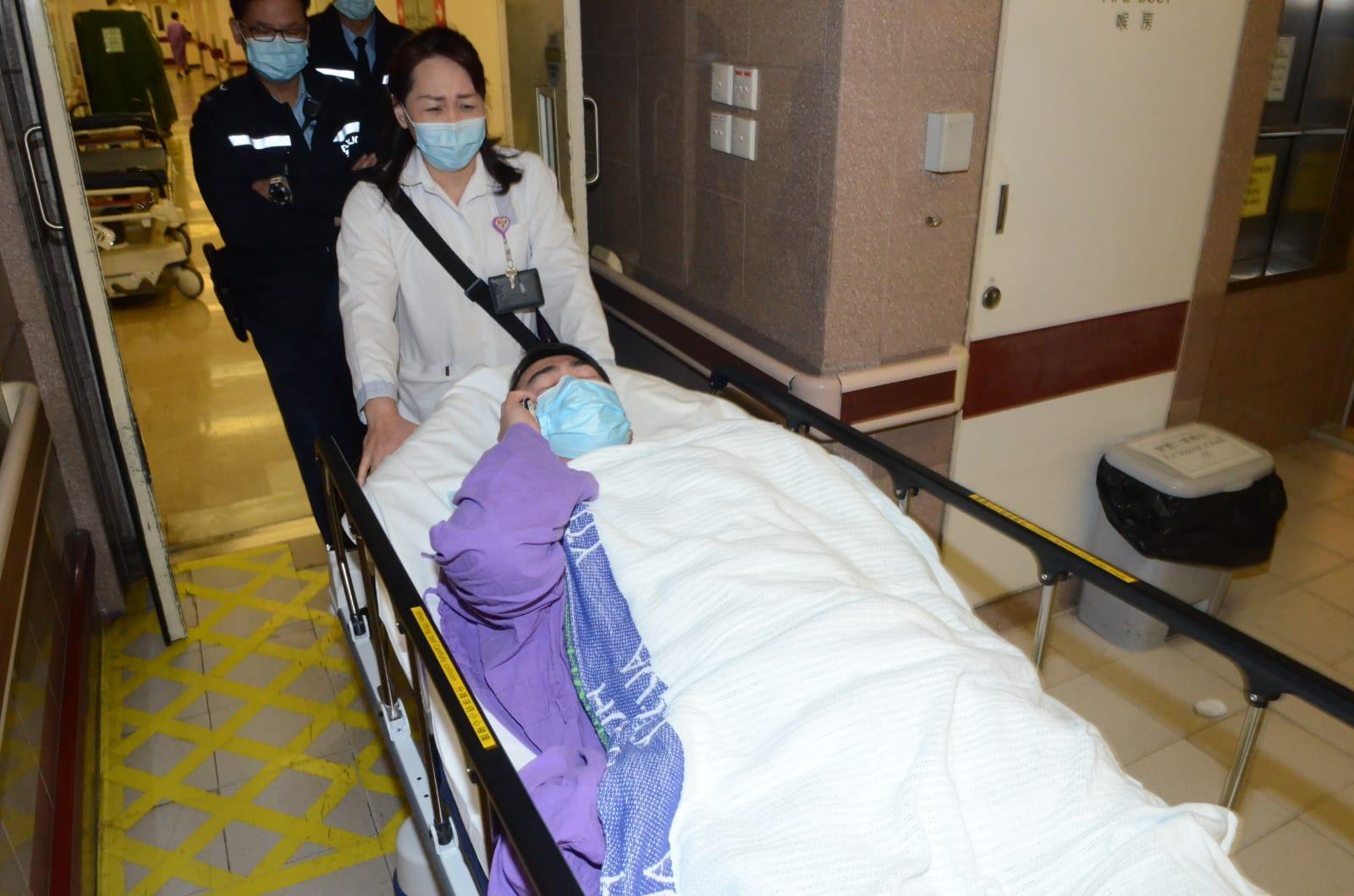 遇襲私家車司機手部受傷,由救護車送伊利沙伯醫院治理。